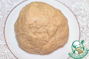 Тесто должно получиться мягким, пластичным и не липнущим к рукам. Обернуть тесто в пленку и убрать в холодильник на 20 минут.