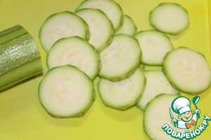 While the dough is resting in the cool, make filling. Zucchini cut into thin slices.