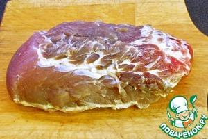 Прежде всего: санитарная безопасность мяса не должна вызывать ни малейших сомнений.   Из отруба свиной шейки или плеча вырезаем цельную мышцу, по-возможности большую. Хорошо, если удастся вырезать кусок мяса весом 700 - 900 г. Срезая лишнее, придаём куску мяса правильную округлую форму.