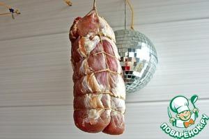 Мясо будет вялиться около месяца. Никакого вмешательства в процесс не требуется - лишь бы были выдержаны температура и влажность воздуха. За это время мясо потеряет в весе 30-40 %. В принципе - это критерий готовности.
