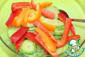 Zucchini and peppers folded into a bowl, pour the marinade and leave for 20 minutes.