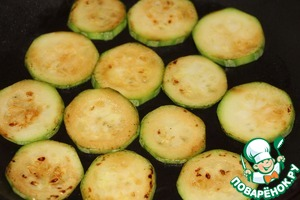 After a time marinating, in a frying pan separately, quickly fry the zucchini on both sides (the oil enough)
