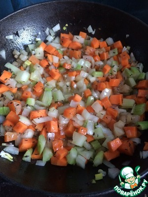 Cut into cubes carrots, onions, celery and bacon. Fat melt in a pan with a thick bottom, add the olive oil, thyme and Basil, mix well. Take turns to add to the pan the onions, carrots, celery, tomato paste. Mix.