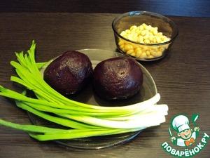 Продукты для салата. Свеклу отварить или запечь в духовке заранее, остудить (время приготовление салата указано без учета времени на варку свеклы).    С фасоли слить жидкость, свеклу нарезать кубиками, зеленый лук измельчить.