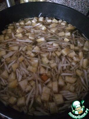 В закипевшую воду выложить картофель и репу. Довести до кипения и проварить 5-7 минут. Затем все остальные овощи.