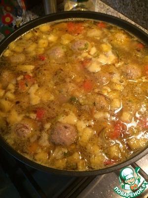 В это время овощи почти готовы. Фрикадельки опустить в суп, минут 8-10 проварить. Добавить приправы, посолить, поперчить.