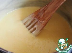 Остальные сливки нагреть в кастрюле с остальным сахаром и постоянно помешивая, тонкой струйкой доливать яичную массу. Жидкость постоянно мешать и, нагревая ее на самом маленьком огне, довести до загустения. Здесь главное не допустить, чтобы крем пригорел на дне.