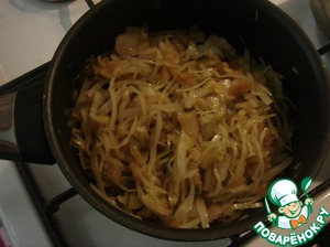 When the cabbage becomes soft, pour soy sauce, stir and make the sauce for another 5 minutes. You can not add salt, but if someone can not live without salt, add a pinch of salt or salt to taste.