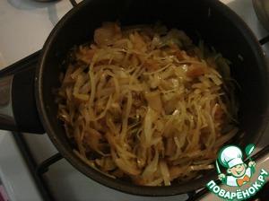 Когда капуста станет мягкой, наливаем соевый соус, перемешиваем и делаем с соусом ещё минут 5. Можно не солить, но если кто-то не может без соли, то добавьте щепотку соли или посолите по вкусу.