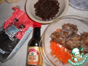 Подготовить ингредиенты. Грибы разморозить. Морковь натереть на терке ( у меня натертая, с морозильника).