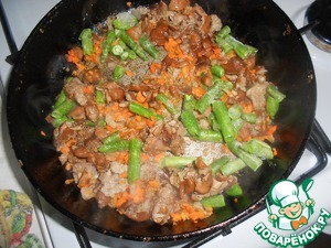Масло подогреть, выложить грибы, обжаривать 3-4 минуты, добавить соевый соус, стручковую фасоль. Обжаривать ещё 3-5 минут.