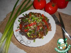Зеленый лук мелко нарезать. Выложить на порционные тарелки, посыпать зеленым луком и кунжутом. Приятного аппетита!