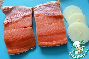 Рыбу почистить от чешуи, вымыть, промокнуть бумажным полотенцем.    Вырезать хребет и разрезать на две порции.