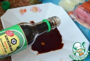 В большую плоскую тарелку влить соевый соус.   Я использую легкий натурально сваренный от ТМ Киккоман.