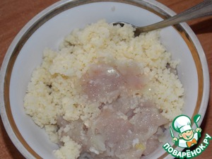 Couscous pour boiling water, cover and leave for 20-30 minutes. During this time Krupa fully absorb water. Cool.  In the beef add the grits.