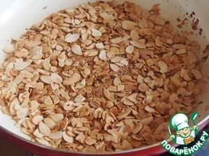 На раскаленной сухой сковороде поджарить миндальные лепестки.