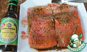 Выложить в соус рыбу кожей вниз, при этом смазать и верх.    Оставить на 10 минут.