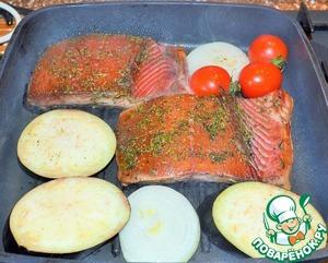Разогреть гриль - сковороду на сильном огне.    Рыбу и овощи смазать растительным маслом (удобно это делать кисточкой) и выложить в сковороду.   Именно при использовании сковороды - гриль необходимо смазывать маслом продукты, а не наливать в нее.