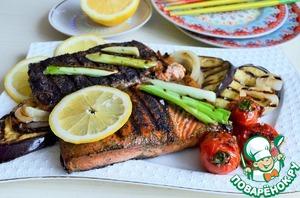 Жарить на сильном огне по 2 - 3 минуты с каждой стороны.    Подать с овощами - гриль, полив лимонным соком и добавив лимон.   По желанию при подаче посолить морской солью.