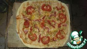 Выкладываем помидоры, перчик, оливки