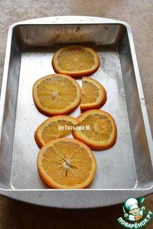 Карпа очистить, распотрошить, вынуть жабры и хорошо промыть;   На шкуре карпа сделать несколько надрезов поперек с обеих сторон;   Несколько кружков апельсина выложить в форму для запекания по центру;