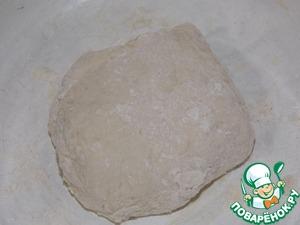 Замесить мягкое тесто, накрыть полотенцем и убрать в тепло примерно на 30 -40 минут.
