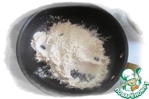 On a dry pan fry the flour until turn yellow and the emergence of a distinct aroma.