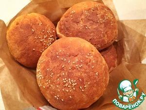 Оставьте булочки еще на 30 минут. Перед выпечкой, смажьте булочку слегка сладкой водичкой и присыпьте кунжутом.