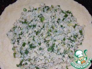 Форму или сковороду смазать растительным маслом, тесто раскатать примерно 0.5-0.7см и выложить в форму.   Немного отступив от краёв (1-2см) выложить начинку, разровнять.