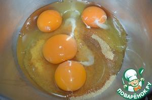 Взбить сахар с яйцами до пышности.