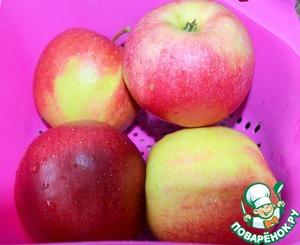 Яблоки вымыть и нарезать дольками.
