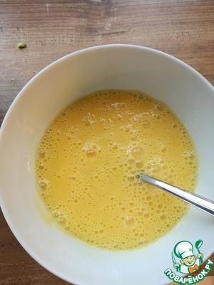 Яйца взбиваем в пенную массу и добавляем ингридиенты в следующем порядке: мука, разрыхлитель, лимонная цедра соль и перец - все тщательно перемешать.