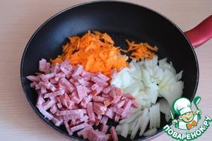 В сковороду добавить 5 ст. ложек растительного масла. Добавить нашинкованные овощи и порезанную брусочками колбасу.