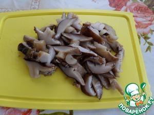 Нарезаем маринованные грибы.