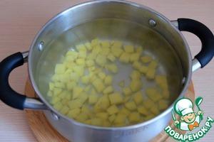 В кастрюлю добавить воду. Дать закипеть, затем добавить порезанный кубиками картофель. Варить 3-4 мин.