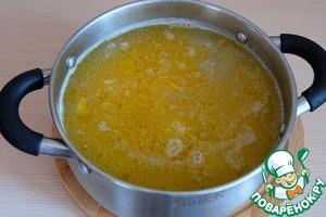 Затем добавить в бульон пассерованные овощи и колбасные изделия. Добавить соль по вкусу.