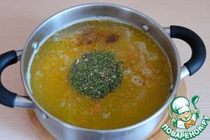 Добавить пряную сушеную зелень, черный молотый перец, лавровый лист. Варить до готовности на слабом огне. Готовность картофеля проверить на вилку.