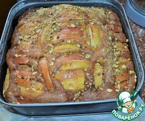 Готовый пирог горячим присыпать орехово - сахарной массой и еще на пару минут в духовку.