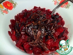 Add to the beets prunes, mix well. Then you need to adjust according to your taste. What is missing-add. Time to stand down.