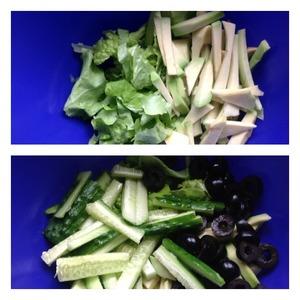 Листья салата нашинковать. Авокадо очистить, нарезать соломкой и сбрызгнуть соком лимона. Маслина нарезать кружочками, огурец соломкой.