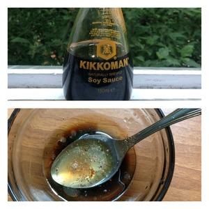 Для заправки: смешать соевый соус, сок лимона и масло. При необходимости добавить соль, молотый перец. Заправить салат и аккуратно перемешать.