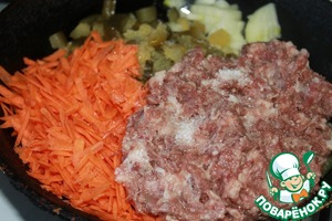 In a deep pan pour vegetable oil. Spread the vegetables and meat. Add salt to taste.