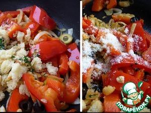 К обжареным овощам добавить обжаренную хлебную крошку и всыпать половину сыра, смесь перцев, снять с огня и перемешать