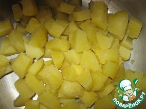 Картошку отварить в мундире, остудить, снять кожуру и нарезать крупными кубиками.