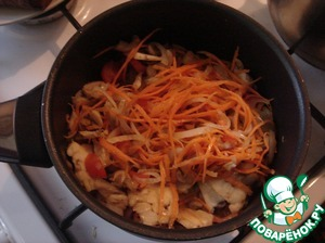 Next, put the mushrooms, carrots and cherry tomatoes. Not fried, and potamilla almost ready.
