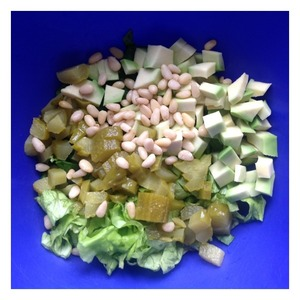 Add the nuts and cucumbers, diced. Avocado cleaned, cut into cubes, sprinkle with lemon juice to avoid darkening.