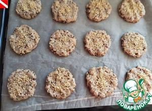 Сформировать небольшие шарики, чуть больше, чем грецкий орех. Выложить на пергаментную бумагу, придать форму печенья. Посыпать кунжутом или кокосовой стужкой, или маком. Выпекать в разогретой до 200 градусов духовке минут 15-20 до румяного цвета.