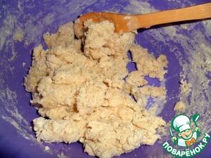 В миску просеять муку, добавить соль, перемешать. В кипятке размешать масло и вливая в муку, быстро замешивать деревянной лопаточкой. Выкладываем на стол, подпыленный мукой и быстро собираем тесто в комок.
