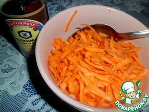 Натереть морковь и добавить к ней вторую ложку соевого соуса, перемешать.