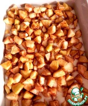 Сверху выкладываем наши ароматные яблоки. (Тоже просто выкладываем, не надавливаем на них, пытаясь утопить в тесте. Потом тесто поднимется.)